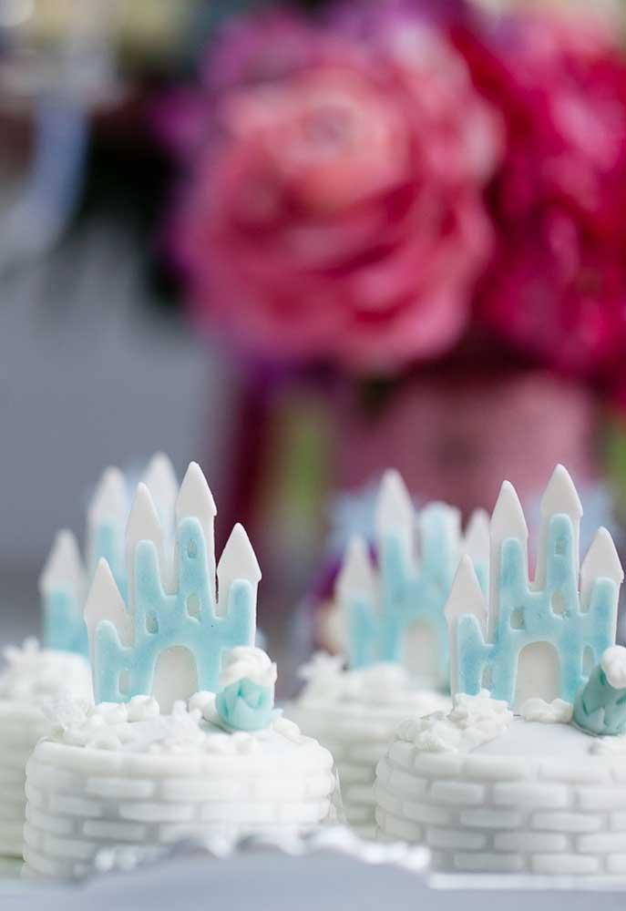 Docinhos personalizados e sofisticados são perfeitos para o tema Frozen.