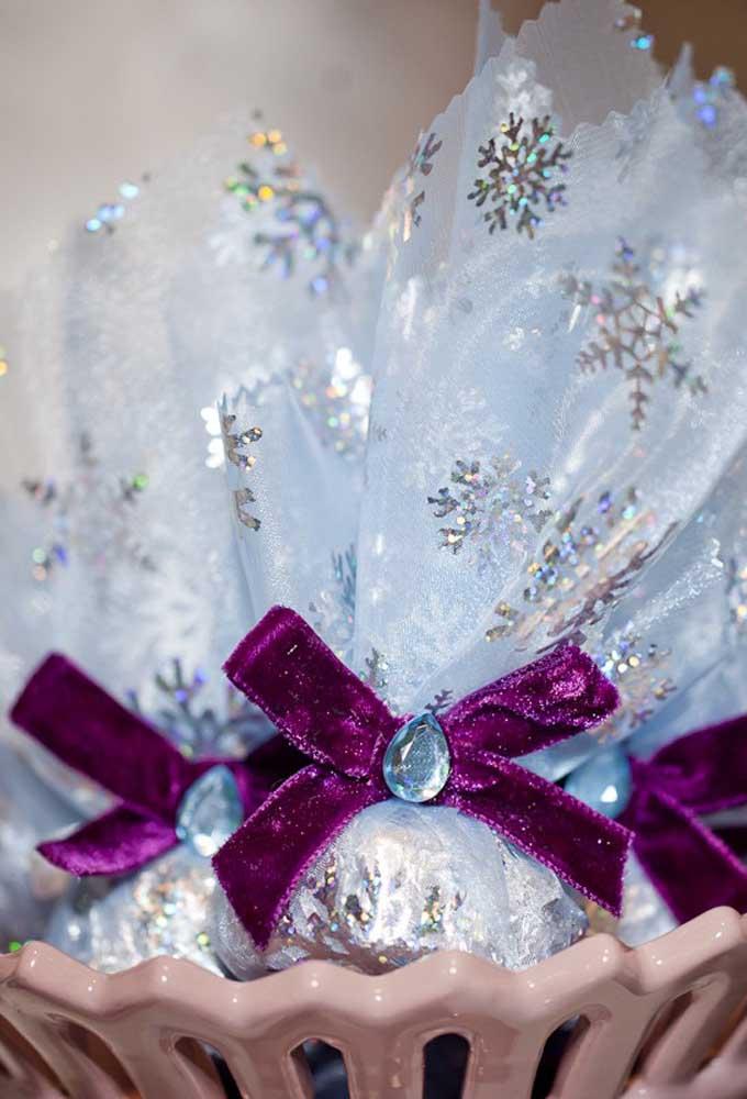Escolha materiais finos para fazer as embalagens dos doces da festa com o tema Frozen.