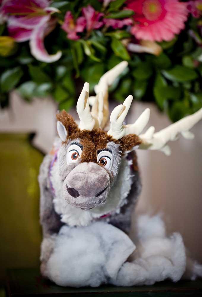 Escolha bonecos dos personagens no formato de pelúcia, pois são delicados.
