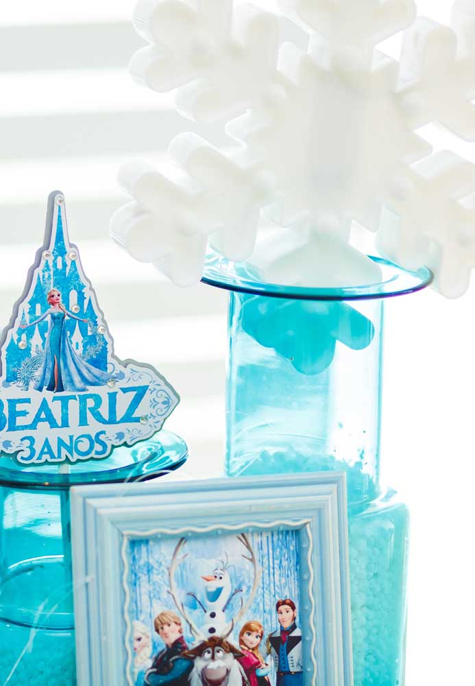 Faça uma decoração com vários elementos que fazem referência ao tema Frozen.