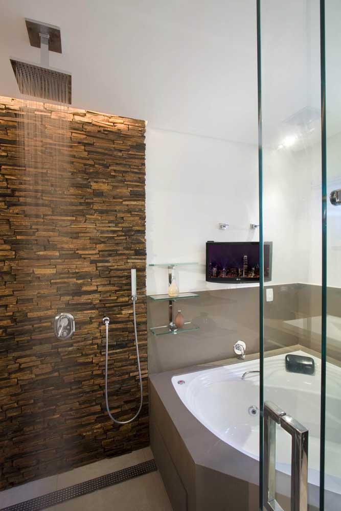 O box do banheiro ganhou um charme todo diferenciado com a aplicação da pedra ferro em filetes
