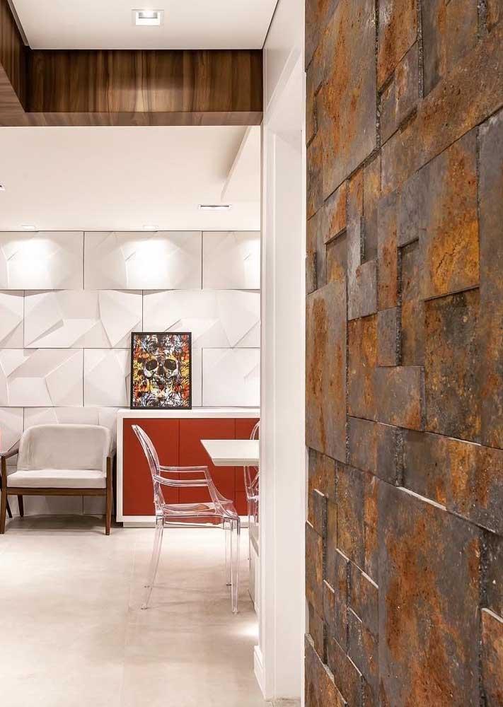 Parede do corredor com placas de Pedra ferro; repare o quanto as peças em 3D trazem movimento aos espaços