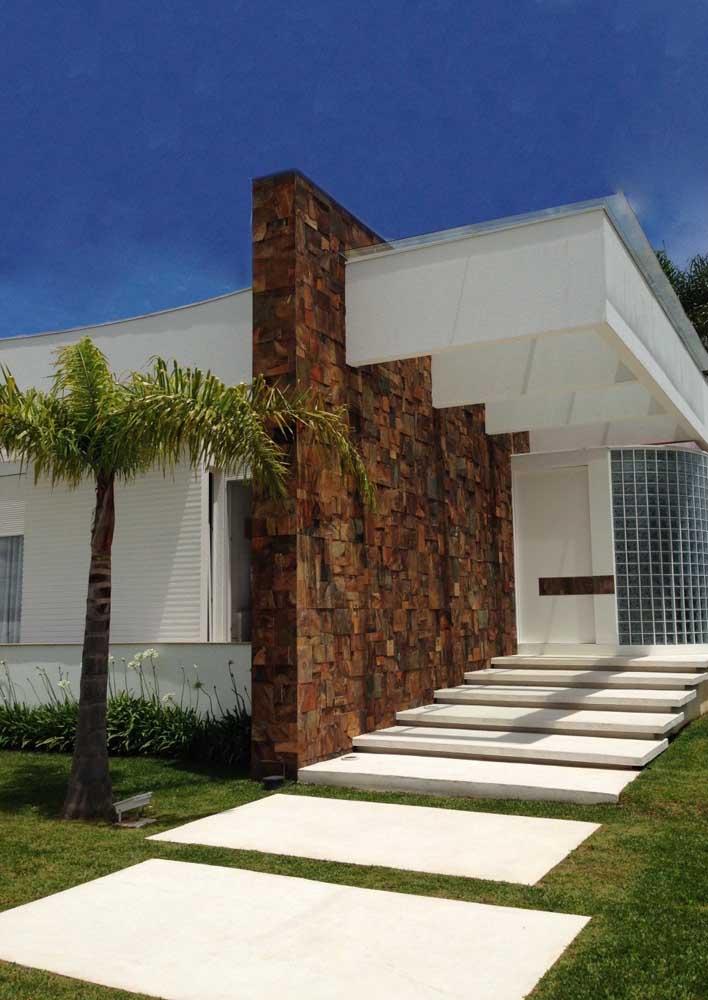 A Pedra ferro na fachada criou um lindo contraste com as paredes pintadas de branco