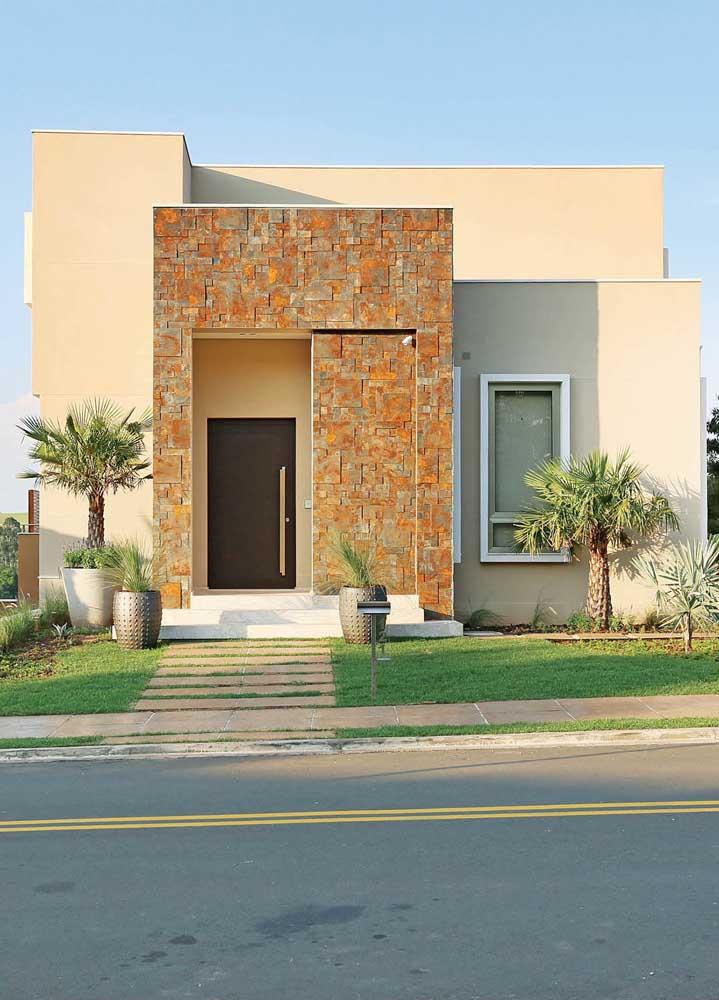 A fachada da casa ganhou mais visibilidade com os detalhes em Pedra ferro em torno da porta de entrada