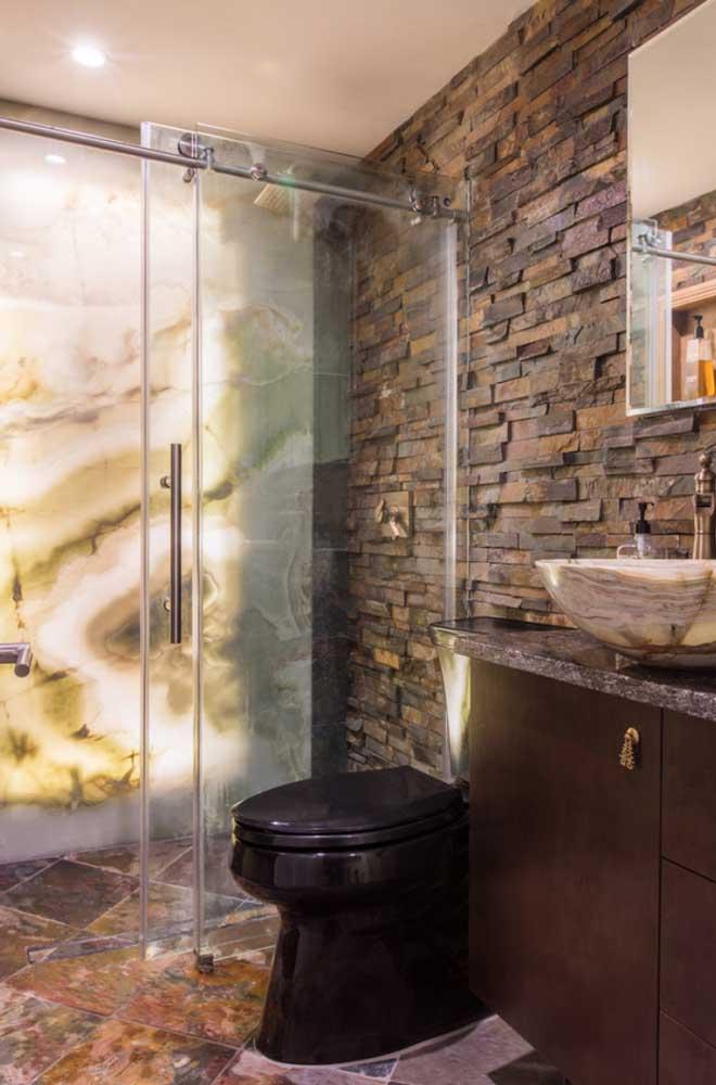 Banheiro com parede em Pedra ferro combinando com o piso do ambiente