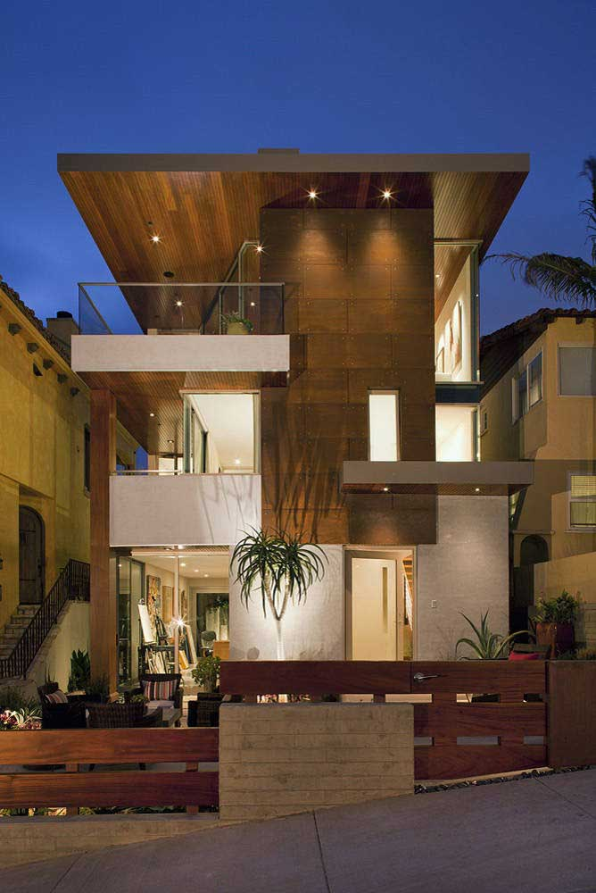 Veja que ideia incrível: o porcelanato em Pedra ferro foi utilizado na fachada da casa em um conceito muito moderno