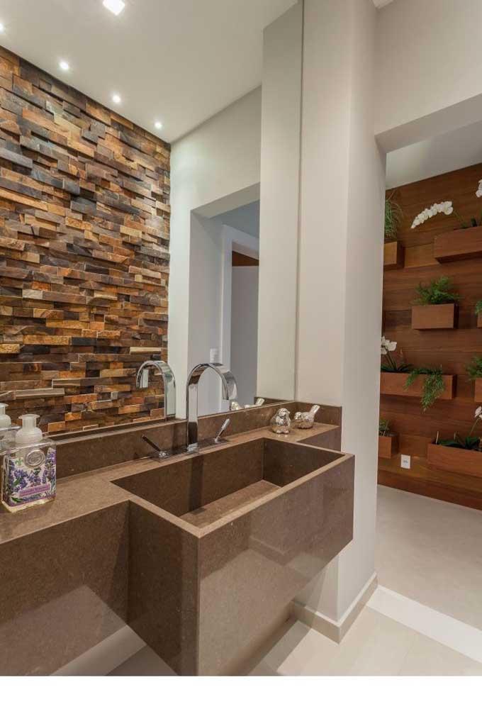 Nesse outro banheiro, a Pedra ferro se harmoniza muito bem com a paleta de cores do restante do projeto