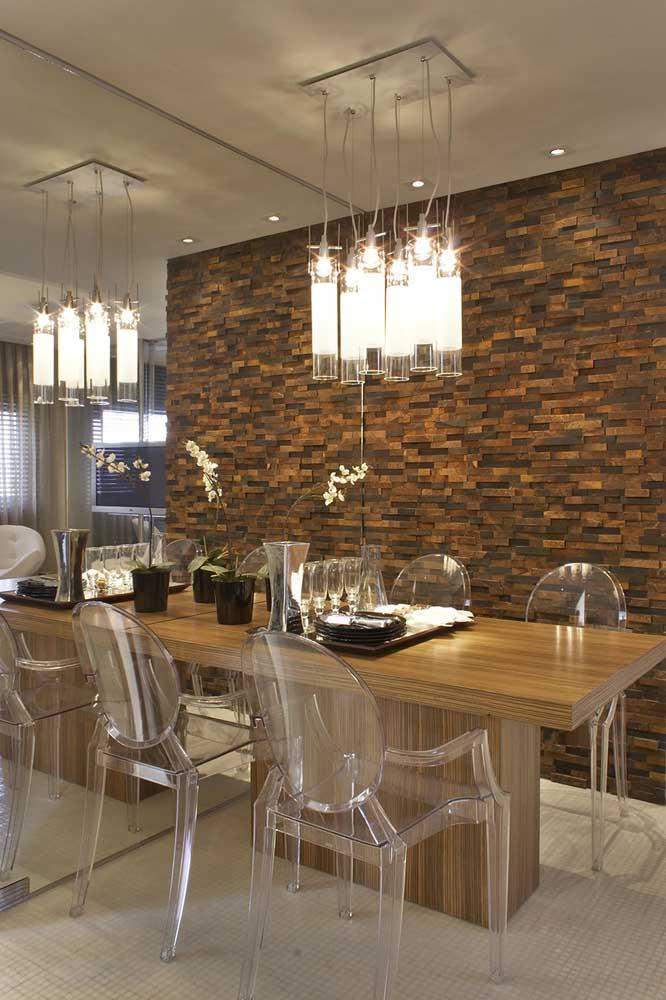 A sala de jantar se tornou um ponto de referência em elegância e design com a parede em pedra ferro