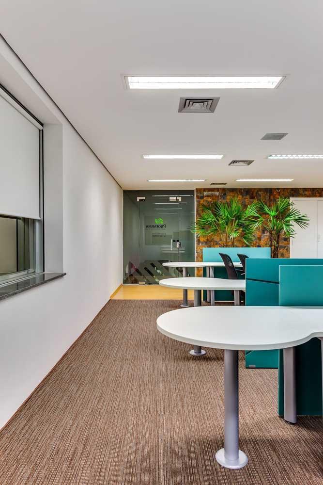 Esse outro espaço corporativo, por exemplo, ficou moderno e elegante com a escolha em Pedra ferro para a parede ao fundo