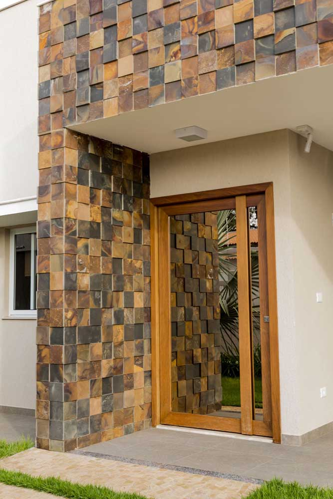 Fachada em Pedra ferro serrada com pedaços quadrados em tonalidades diferentes