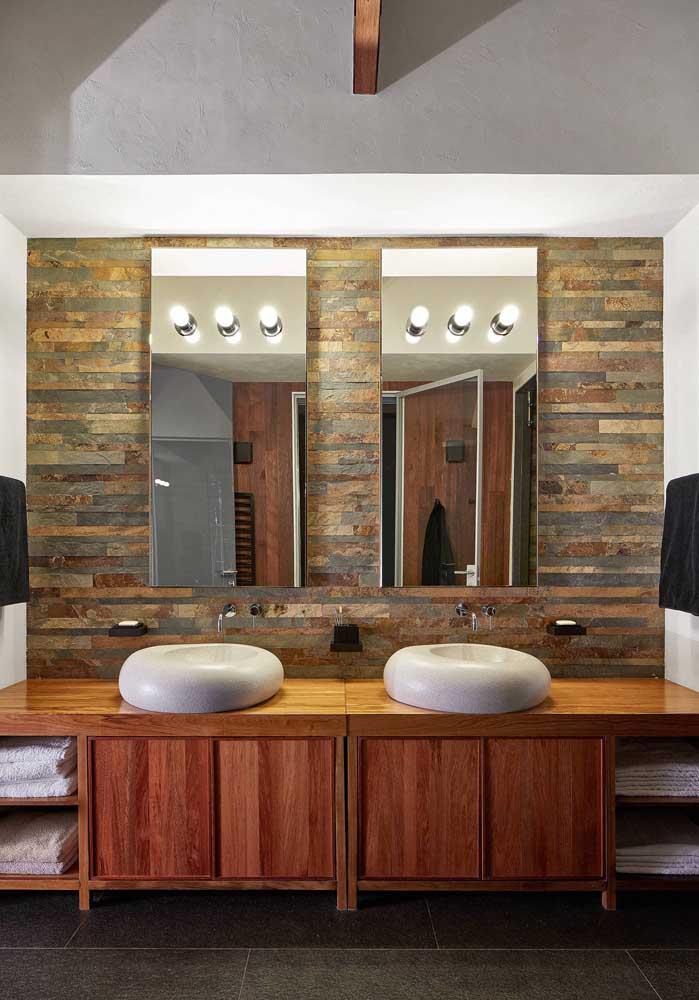 Pedra ferro em filetes para o banheiro com pia dupla realçando o aspecto rústico do ambiente
