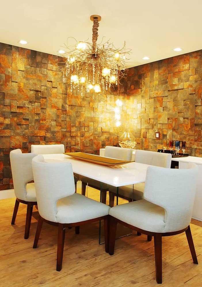 A sala de jantar que trazia um conceito clássico, a princípio, ficou completamente transformada com as paredes em Pedra ferro