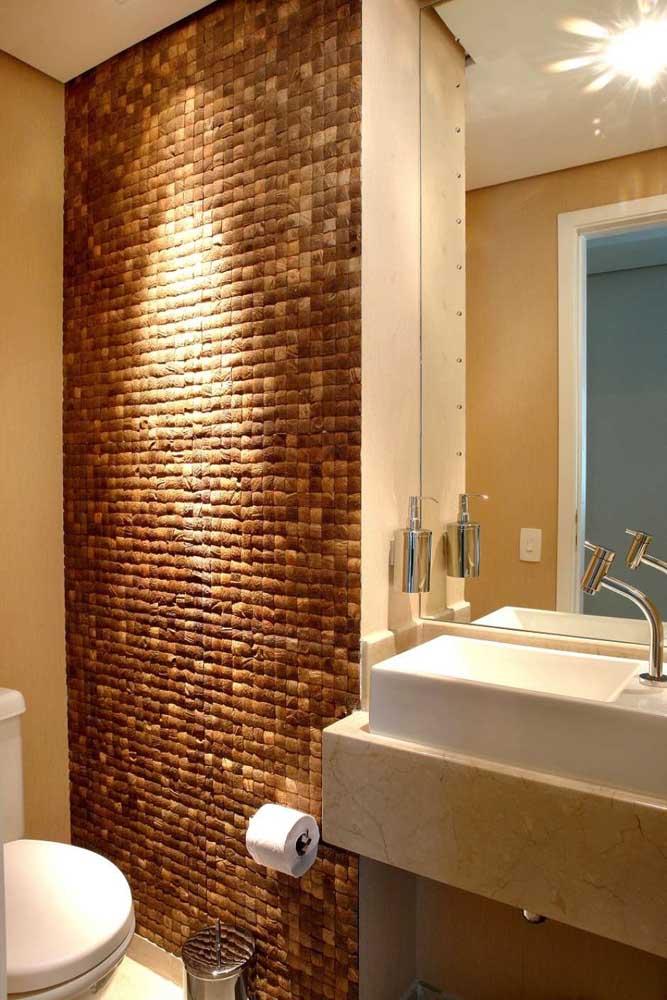 Faixa central da parede da pia do banheiro revestida em Pedra ferro; alternativa para quem deseja economizar no projeto, mas não abre mão do revestimento