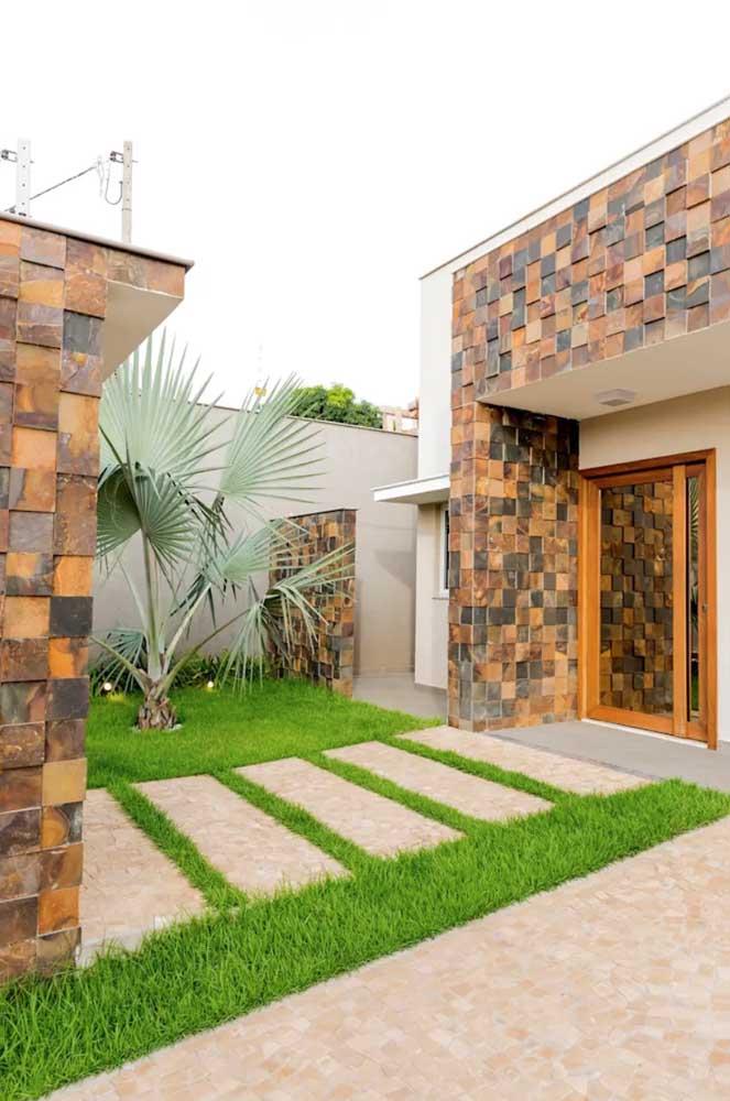 Balcão da cozinha em Pedra ferro; a aplicação mais rústica e com tonalidades mais puxadas para o cinza garantem o visual moderno do projeto