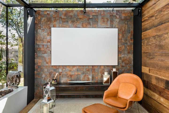 Um pequeno espaço externo decorado com parede em Pedra ferro serrada em quadrados