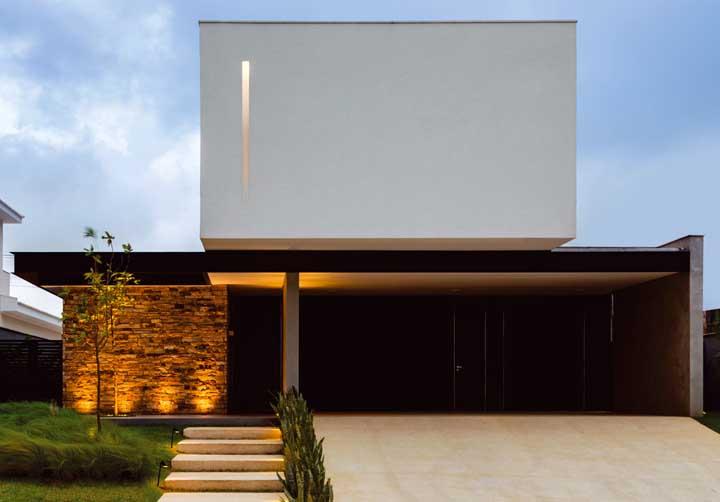 Nessa fachada moderna, todo o destaque fica pra ela, a parede em Pedra ferro