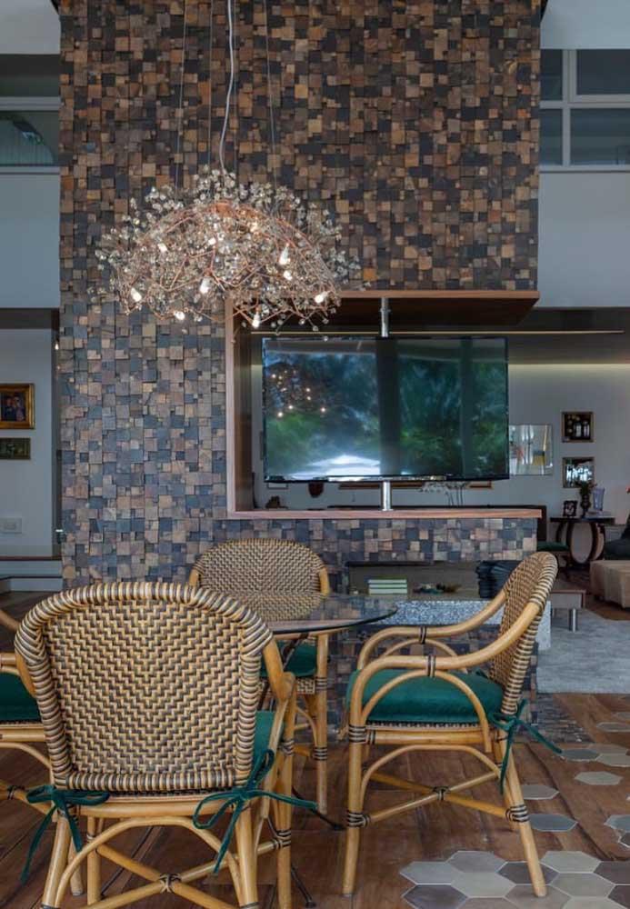 O espaço aberto da casa ficou elegante e delicadamente rústico com a parede em Pedra ferro