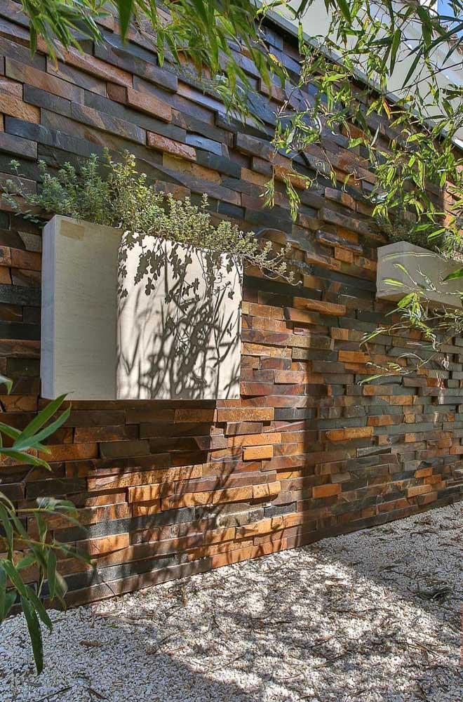 Pedra ferro em filetes no muro da casa contracenando com um belo jardim vertical