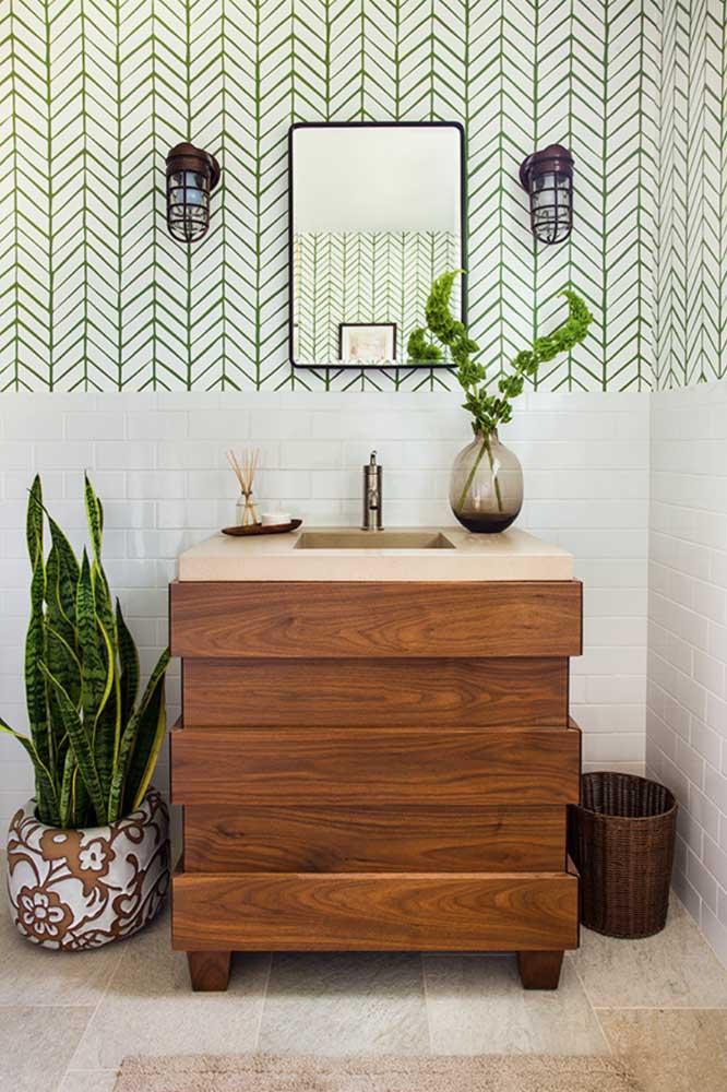 Inspiração escandinava para o papel de parede do lavabo; na parte inferior, azulejos de metrô branco