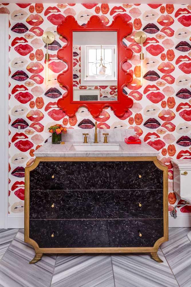 Quer uma decor de lavabo mais ousada e irreverente do que essa? O papel de parede é o grande responsável por esse efeito