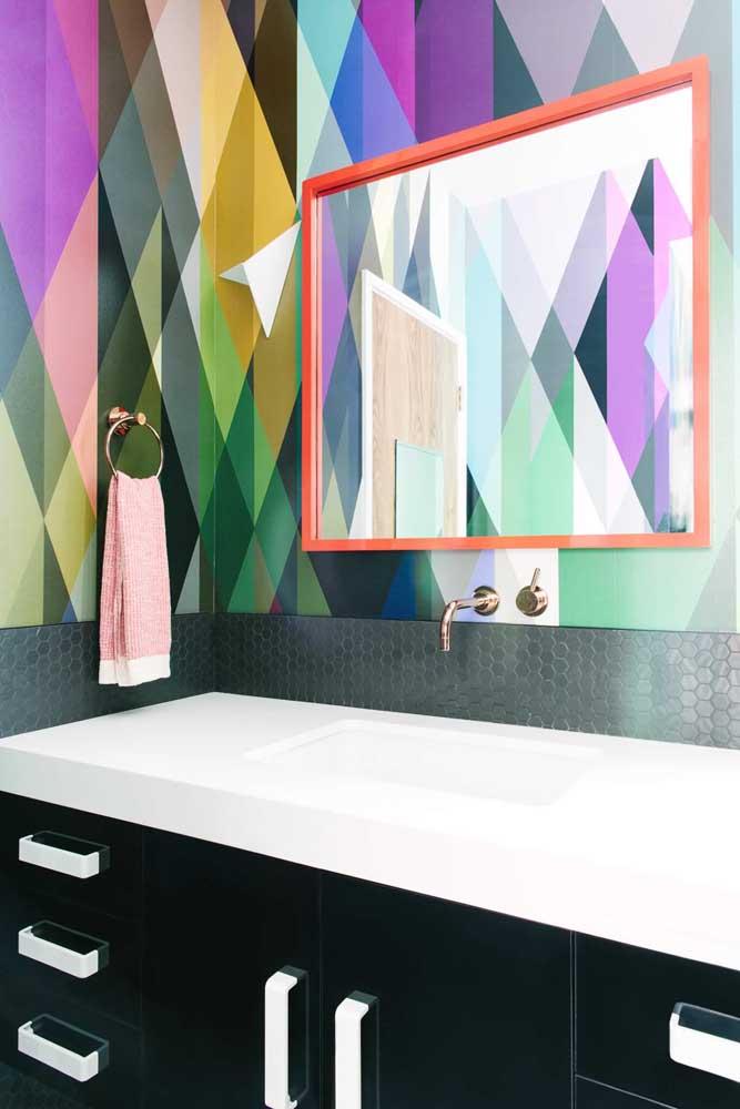 Papel de parede em estampa geométrica com cores fortes e marcantes destacando a parte superior do lavabo