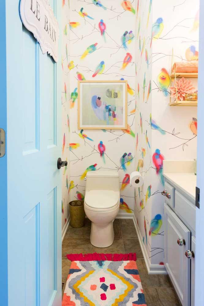 O pequeníssimo lavabo ganhou uma vibe colorida e alegre com o papel de parede de fundo claro e estampa de pássaros