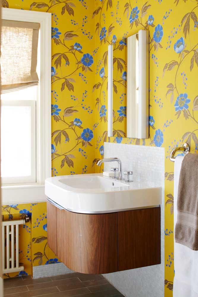 Nada como um papel de parede amarelo para trazer calor, aconchego e alegria para o pequeno lavabo