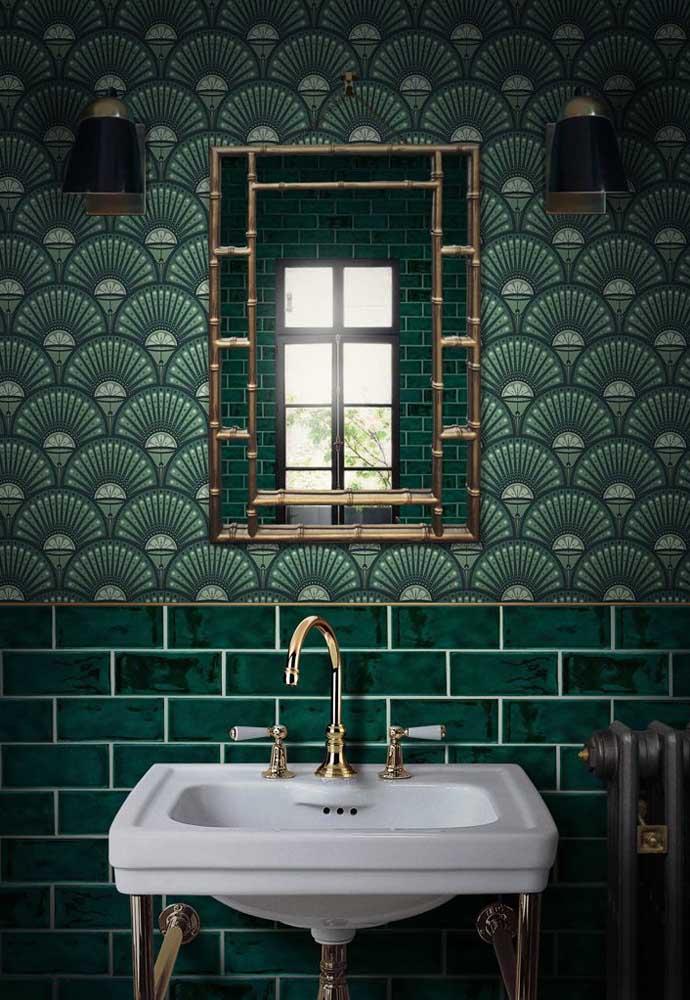Papel de parede e azulejos diferentes na forma, mas iguais na paleta de cores