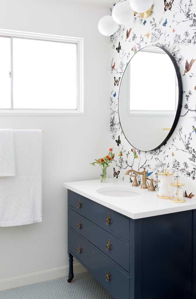 Em apenas uma das paredes, o papel de parede com estampa de flores e borboletas confere um ar delicado e romântico ao lavabo