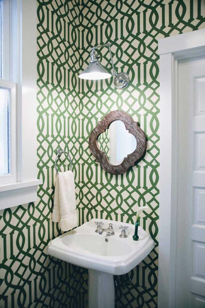 Que tal investir em um papel de parede com detalhes em verde para resgatar o estilo retrô?