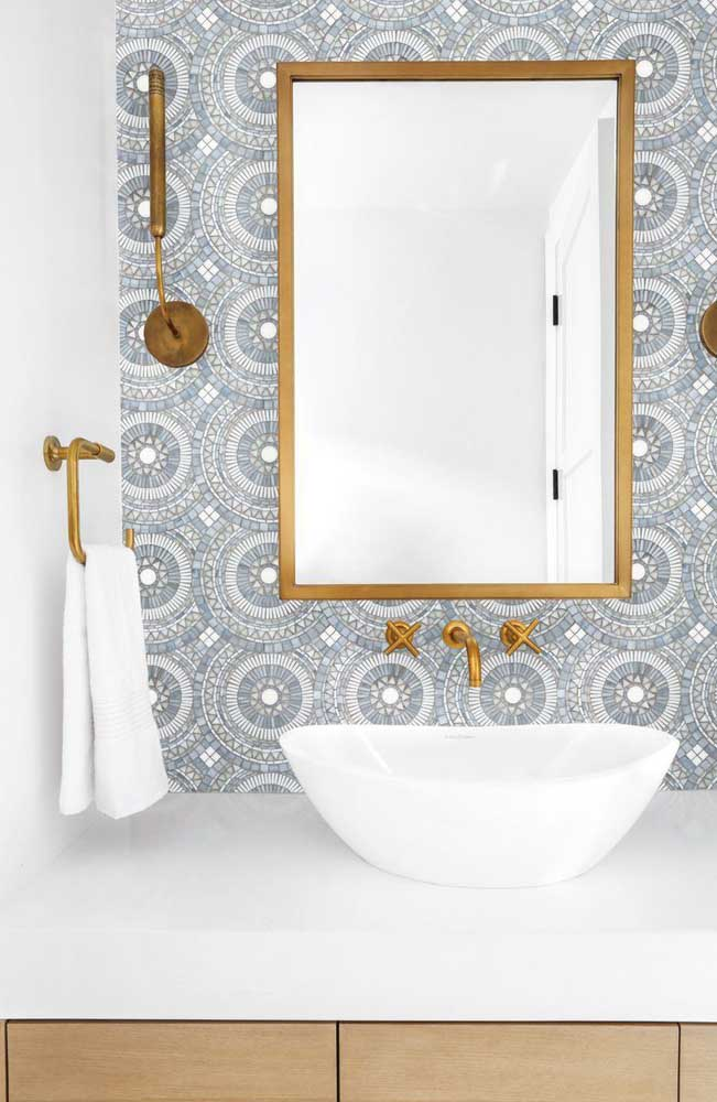 Lavabo branco, neutro e delicado com papel de parede de mandalas preenchendo apenas a parede da pia