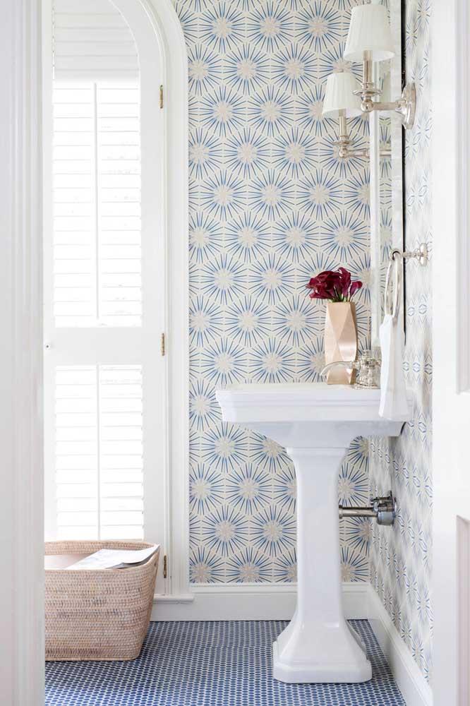 O azul marca presença nesse lavabo tanto no chão, quanto no papel de parede