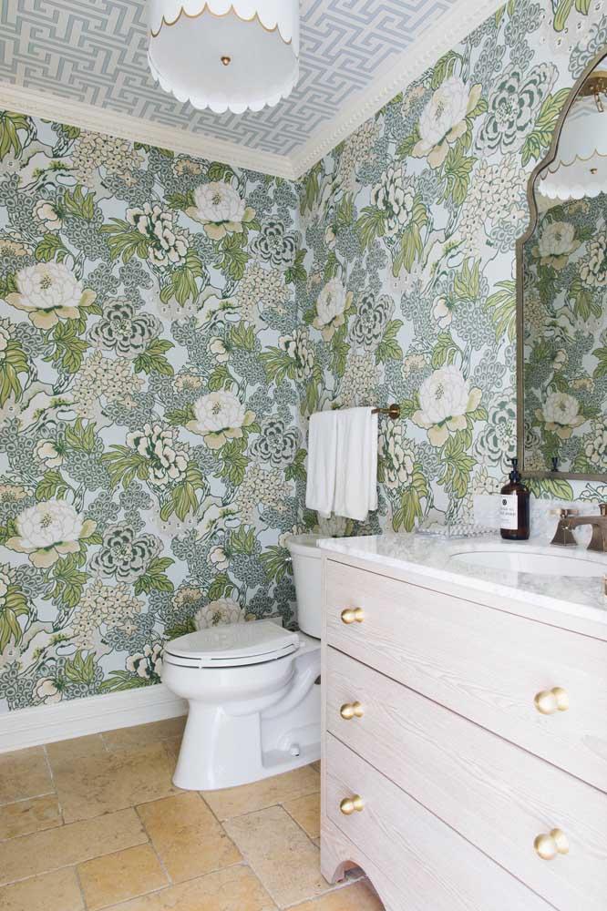 Papel de parede floral e papel de parede geométrico; um nas paredes e o outro no teto; uma combinação inusitada, criativa e que deu certo!