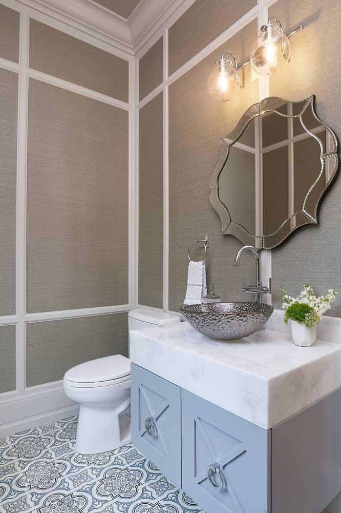Prefere um papel de parede liso para o lavabo? Olha que excelente sugestão!