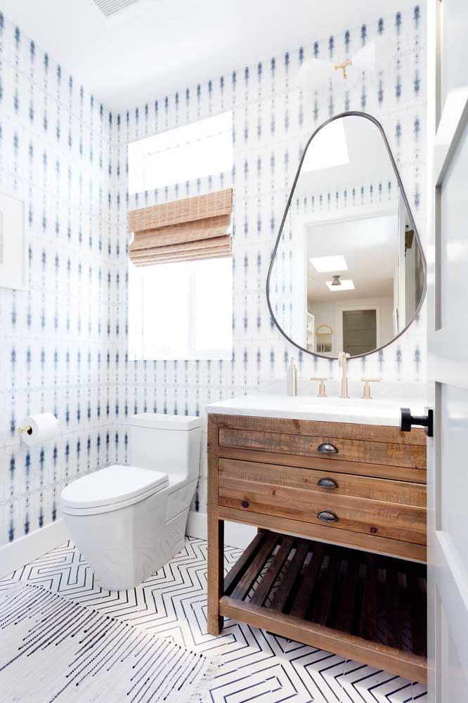 Estampas bem diferentes revestem o chão e a parede desse lavabo, sem perder a harmonia