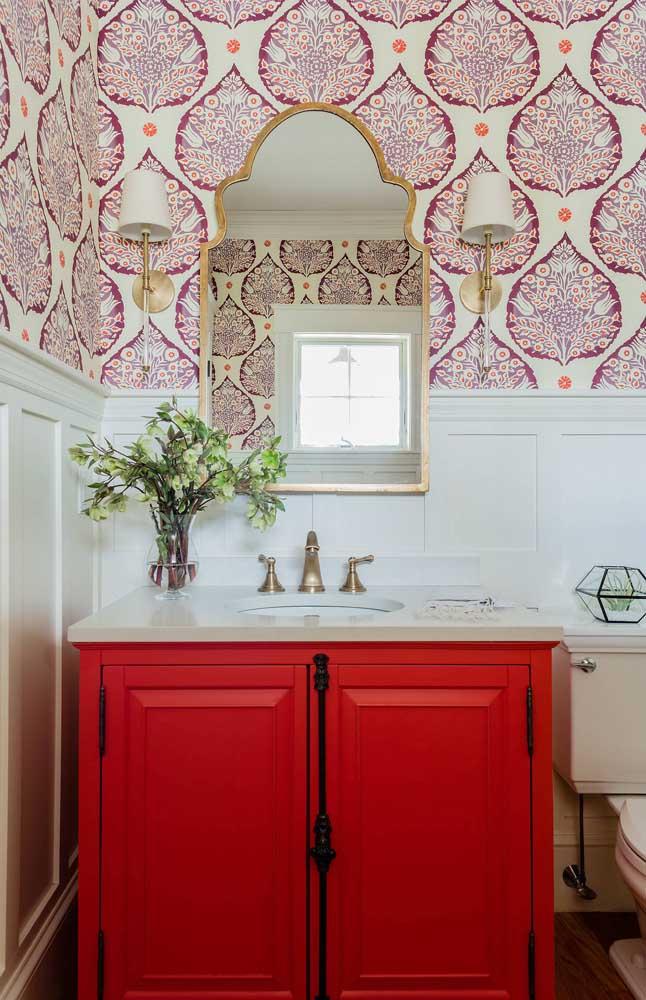 Arabescos para a meia parede desse lavabo de estilo clássico e retrô
