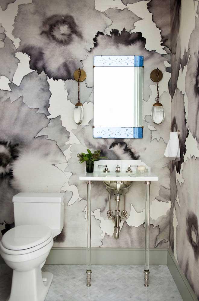 Tons de branco, preto e cinza formam a base da estampa desse papel de parede para lavabo