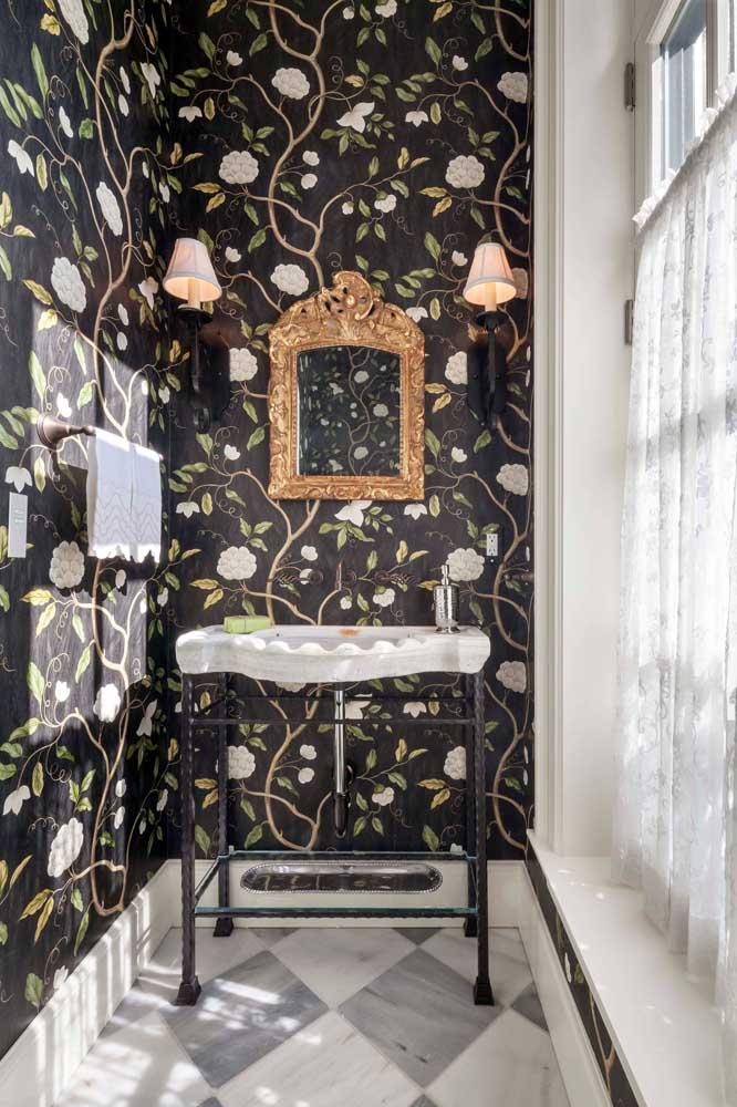 Bem iluminado, o lavabo conta com a beleza e elegância do papel de parede com fundo preto e estampa floral