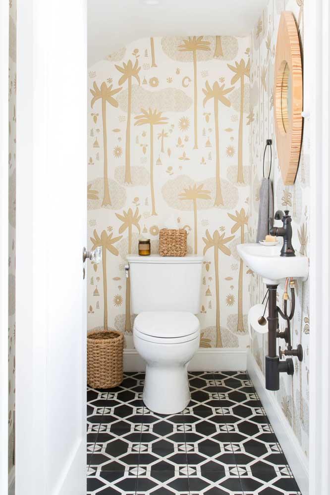 Que tal contrastar um piso preto e branco com um papel de parede com detalhes dourado?