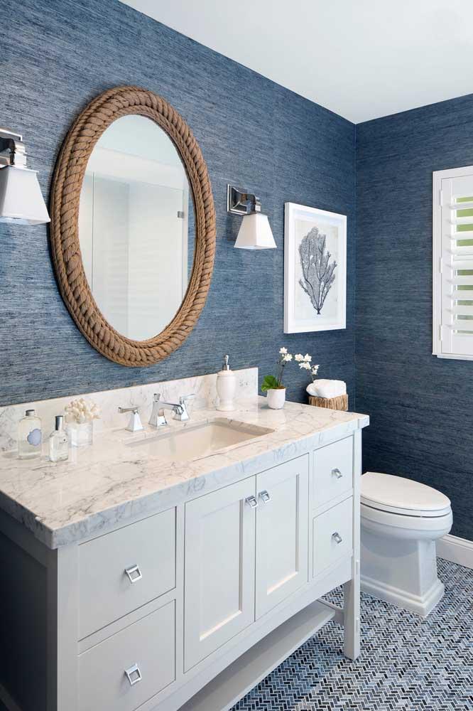 O azul predomina no papel de parede desse lavabo e revela uma linda e suave textura.