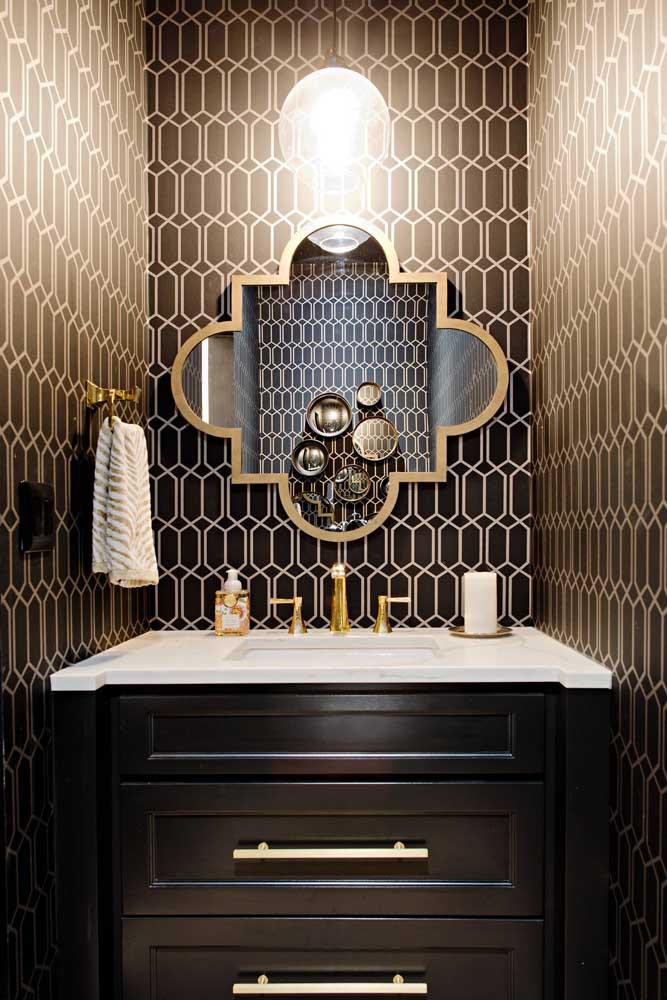 Papel de parede marrom com padrão geométrico; a iluminação indireta faz a diferença nesse projeto