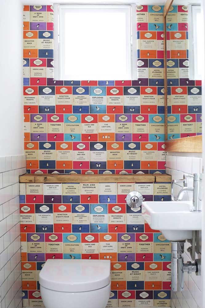Diferente e divertido, esse papel de parede com pinguins decora a parede principal do lavabo