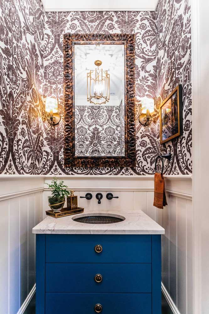 Lindos arabescos em preto e branco revestem metade das paredes desse lavabo
