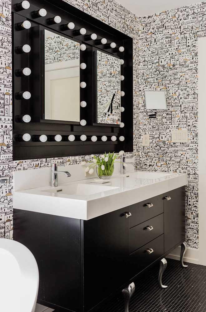 Minúsculas casinhas enfeitam esse papel de parede para lavabo criando um efeito visual descontraído e moderno