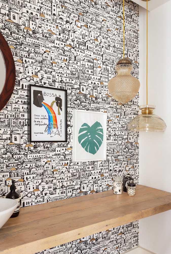 Lindo lavabo com papel de parede moderno apenas na parede da pia; quadrinhos completam o visual da parede sem pesar na decor