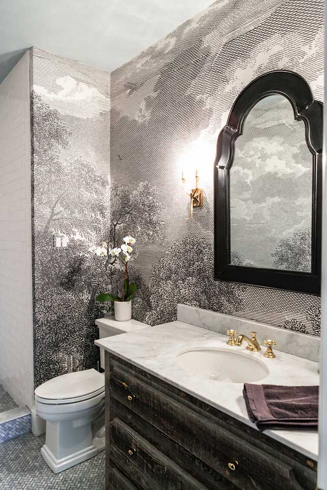 Uma paisagem inteira desenhada no papel de parede para lavabo