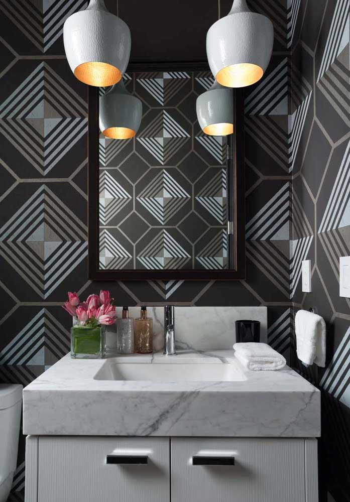 Padrões geométricos no papel de parede são a melhor aposta para um lavabo moderno; repare o efeito que ele causa ao ser refletido pelo espelho