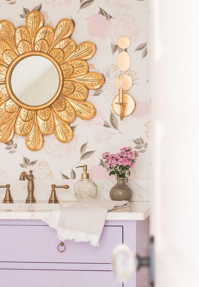 Uma estampa floral delicada preenche a parede desse pequeno lavabo romântico