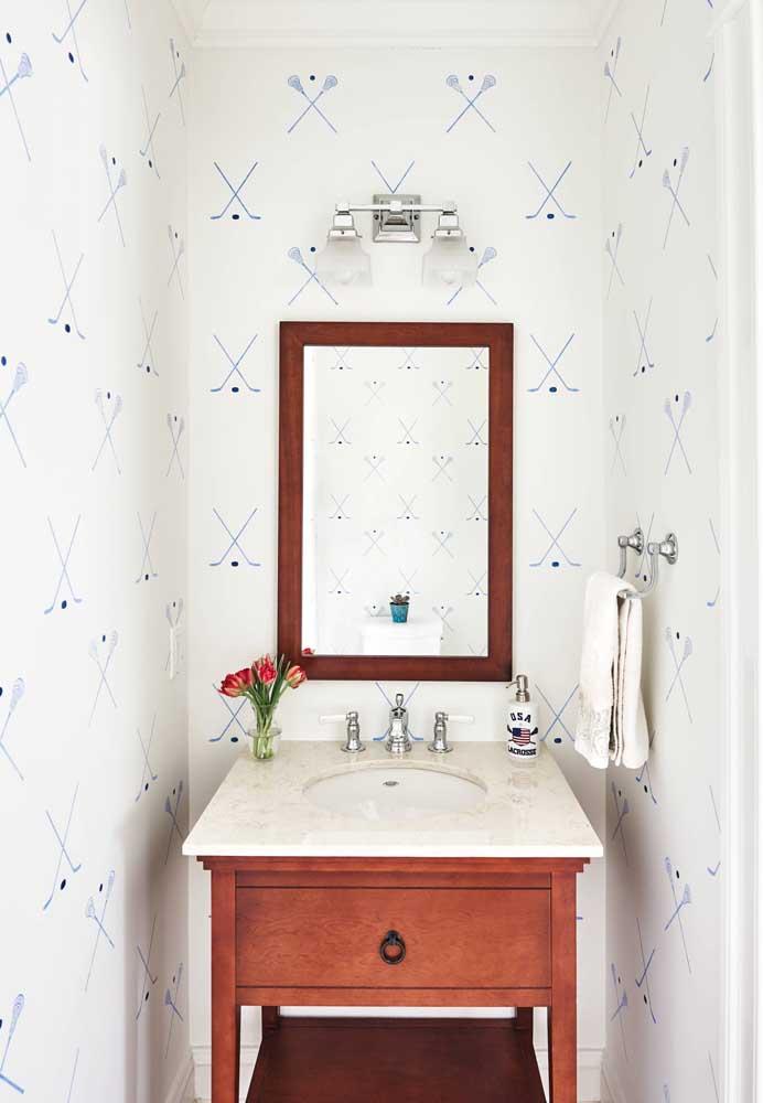 Que linda inspiração de lavabo! Delicado e cheio de personalidade com o papel de parede suavemente estampado