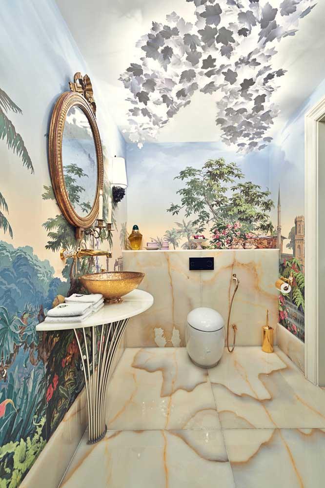 E que tal algo assim? Esse lavabo apostou sem medo de errar em um papel de parede com paisagem; parece pintura